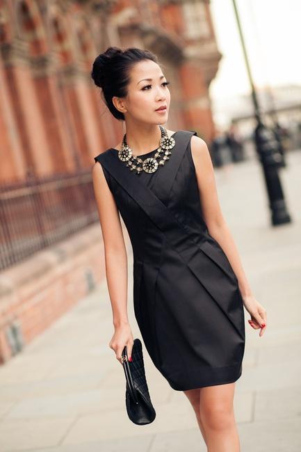 Черное платье и бижутерия к нему с