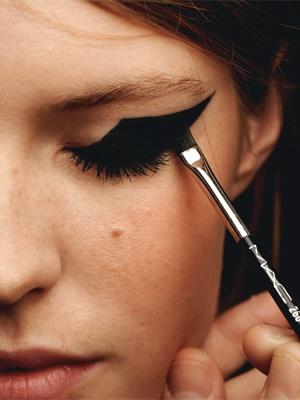 макияж стрелки на глазах 05