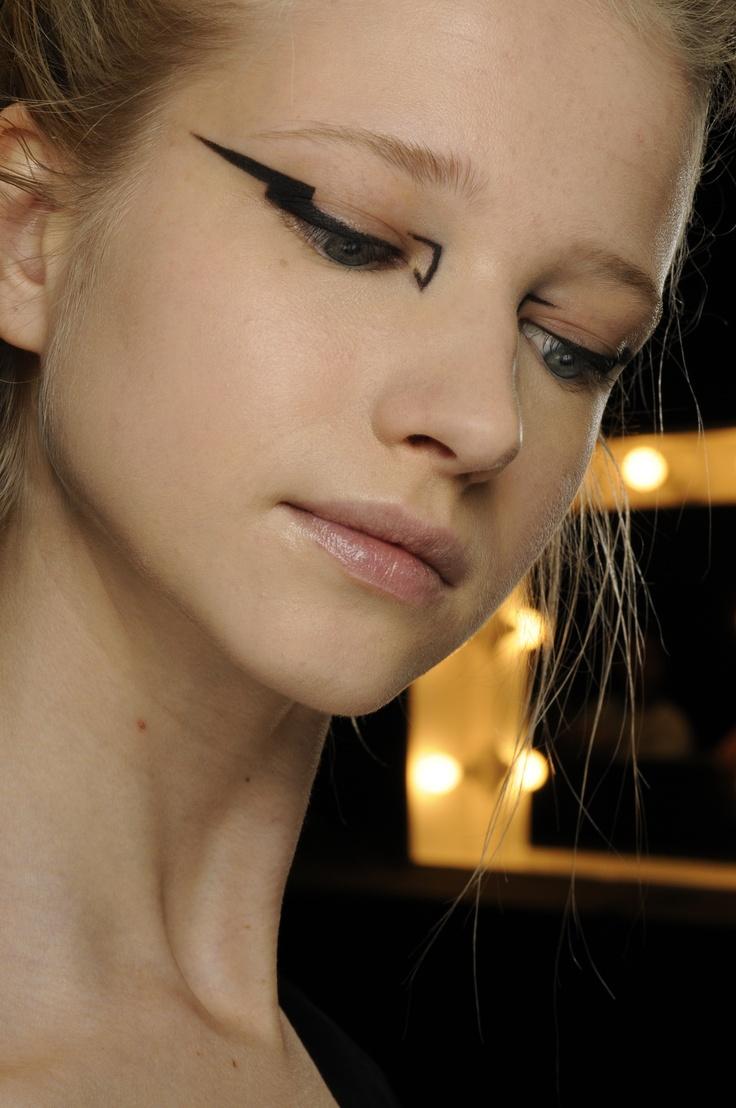 макияж стрелки на глазах 09