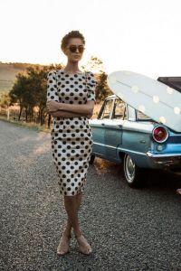 С чем носить платье в горошек?