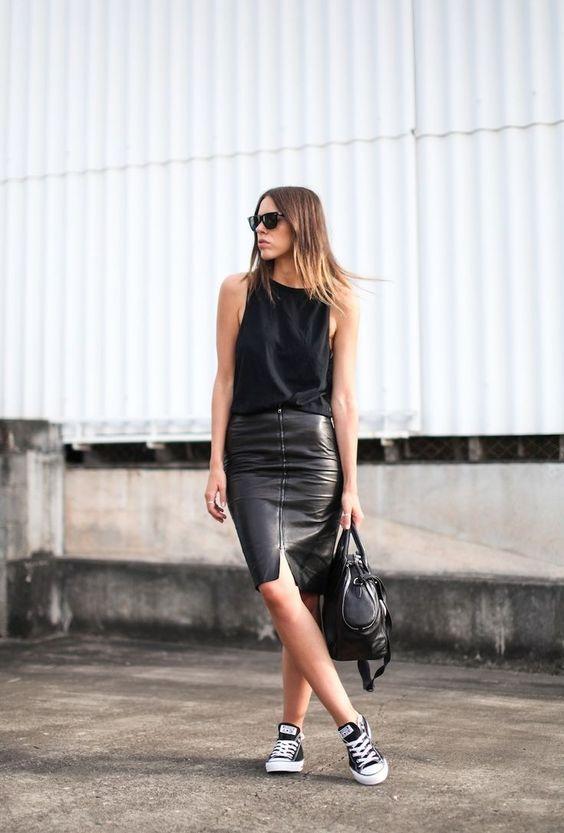 Кожаная юбка с кроссовками