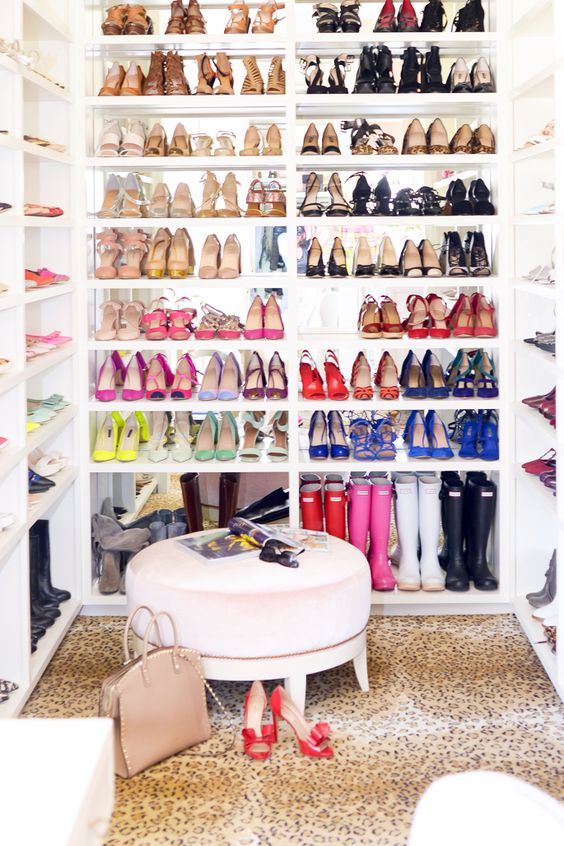 Сколько пар обуви должно быть у женщины?