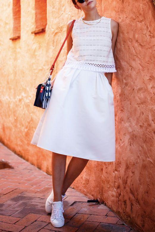 Белое платье с кроссовками