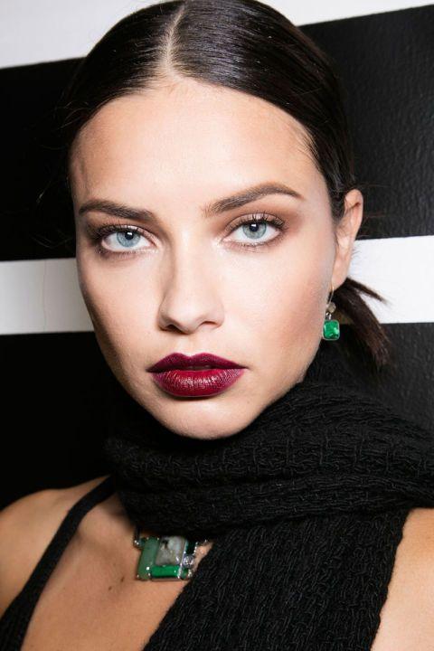 Модный макияж с темной помадой