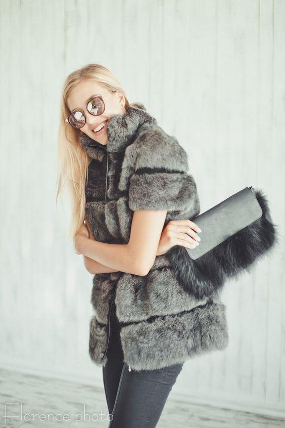 С чем носить меховой жилет