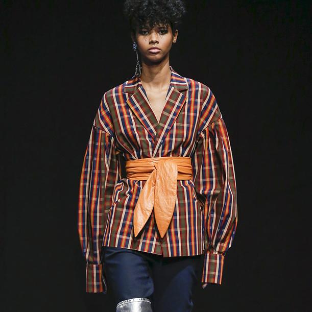Как носить блузки и рубашки женщинам